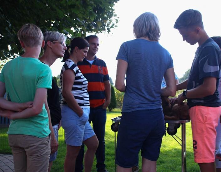 Irish Terrier Welpenbesuchtstag vom Haseland-Interessierte irish Terrier Welpenkäufer beim Trimming